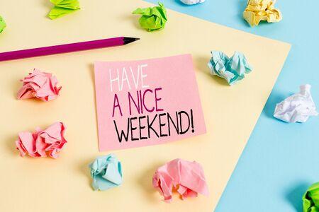 La scrittura della nota mostra buon fine settimana. Il concetto di business per augurare a qualcuno che accada qualcosa di bello vacanze colorate carte stropicciate promemoria vuoto blu giallo molletta da bucato