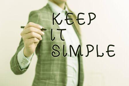 Écrit remarque montrant Keep It Simple. Concept d'entreprise pour faire quelque chose de facile à comprendre et non de manière sophistiquée Business woman pointing in vide with pen