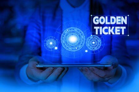 Handschrift Text Golden Ticket schreiben. Konzeptionelle Foto Regen Check Access VIP Passport Box Office Seat Event Frau tragen formellen Arbeitsanzug präsentiert Präsentation mit Smart Device Standard-Bild