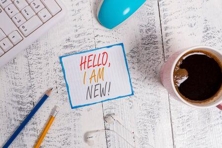 Escribir nota mostrando Hola soy nuevo. Concepto de negocio para presentarse a sí mismo en un grupo como nuevo trabajador o estudiante Dispositivos tecnológicos papel recordatorio de colores suministros de oficina Foto de archivo