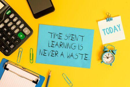 写作注意到花费学习的时间永远不会是浪费。教育的企业概念没有结局继续学习剪贴板板材计算器铅笔时钟智能手机颜色背景