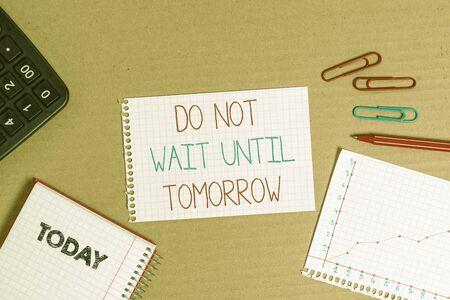 Escribir nota mostrando No espere hasta mañana. Concepto de negocio necesario para hacerlo de inmediato Urgente Mejor hacerlo ahora Cuaderno de cartón suministros de estudio de oficina papel de gráfico Foto de archivo