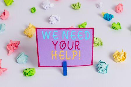 La scrittura della nota mostra che abbiamo bisogno del tuo aiuto. Il concetto di business per chiedere a qualcuno di stare con voi contro la difficoltà Carta stropicciata colorata promemoria vuoto pavimento bianco molletta da bucato Archivio Fotografico