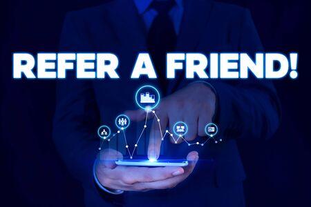 Escribir nota que muestra Recomiende a un amigo. Concepto de negocio para dirigir a alguien a otro o enviarle algo como un regalo. Hombre, traje formal, presentación, presentación, dispositivo inteligente. Foto de archivo