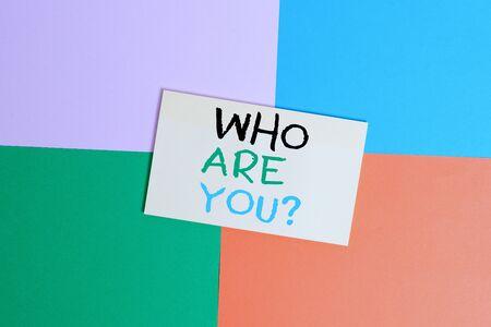 Textzeichen, das anzeigt, wer Sie sind Frage. Geschäftsfototext jemand fragt nach Ihrem demonstrativen Hintergrund oder Ihrer Geschichte Bürogerät bunte quadratische Schreibtischstudie liefert leere Papieraufkleber Standard-Bild