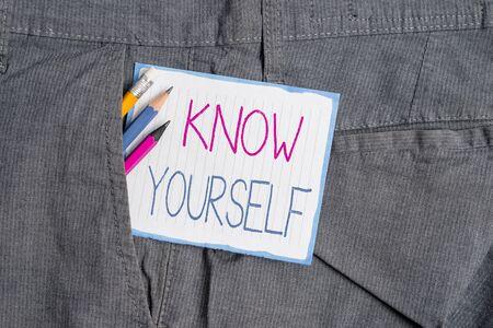 Texto de escritura conócete a ti mismo. Foto conceptual encuentra tu comprensión de las fortalezas y debilidades del equipo de escritura de identidad y papel de nota blanca dentro del bolsillo del pantalón de trabajo del hombre