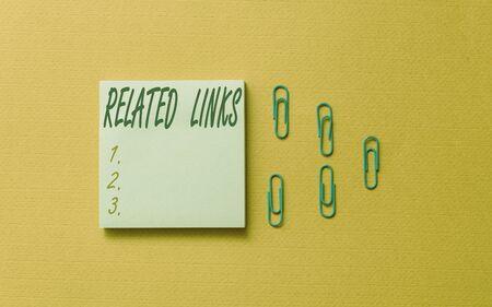 Écrit remarque montrant les liens connexes. Concept d'entreprise pour le site Web à l'intérieur d'une page Web Référence croisée Liens hypertexte Liens hypertexte Des clips de pense-bête vierges de couleur ont rassemblé un arrière-plan pastel cool et tendance