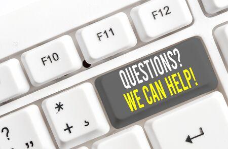 Escribir nota mostrando preguntasque podemos ayudar. Concepto de negocio para ofrecer ayuda a aquellos que quieran saber el teclado de la PC blanca con papel de nota sobre el fondo blanco. Foto de archivo