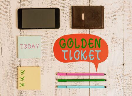 Escritura de texto Word Golden Ticket. Foto de negocios que muestra Rain Check Access VIP Passport Box Office Seat Event Smartphone bolígrafos discurso en blanco notas adhesivas billetera fondo de madera