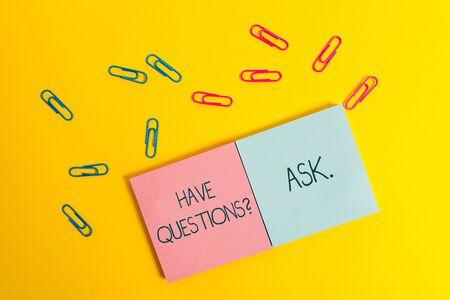 Escribir nota que muestra tener preguntas preguntas. Concepto de negocio para algo que dices o escribes para pedir una demostración de color cuadrado en blanco blocs de notas adhesivas hojas clips fondo de color Foto de archivo