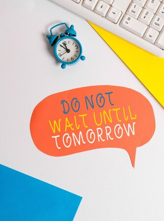 Handwriting text writing Do Not Wait Until Tomorrow. Conceptual photo needed to do it right away Urgent Better do now Flat lay with copy space on bubble paper clock and paper clips Foto de archivo