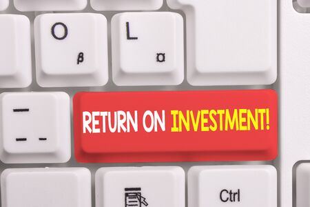 Writing note showing Return On Investment. Business concept for perforanalysisce measure used evaluate efficiency of investment White pc keyboard with note paper above the white background Imagens