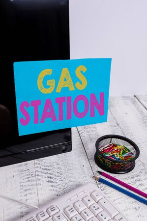 Writing note showing Gas Station. Business concept for for servicing motor vehicles especially with gasoline and oil Note paper taped to black computer screen near keyboard and stationary Stockfoto
