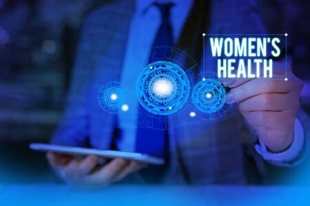 Escribir nota que muestra la salud de la mujer. El concepto de negocio para las mujeres es consecuencia de la salud física que evita la enfermedad.La mujer usa un traje de trabajo formal que presenta la presentación con un dispositivo inteligente. Foto de archivo