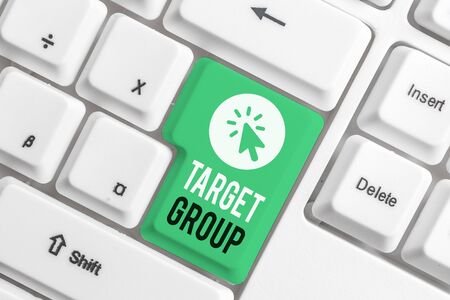 Writing note showing Target Group. Business concept for Particular showing that an advertisement intended to reach to White pc keyboard with note paper above the white background Stockfoto