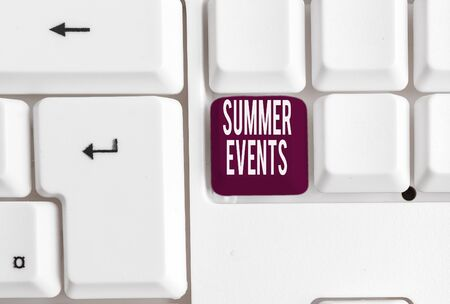 Writing note showing Summer Events. Business concept for Celebration Events that takes place during summertime White pc keyboard with note paper above the white background Foto de archivo - 130160344