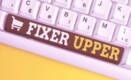 Wort schreiben Text Fixer Upper. Geschäftsfoto mit reparaturbedürftigem Haus, das hauptsächlich in Verbindung mit dem Kauf verwendet wird Weiße PC-Tastatur mit leerem Notizpapier über weißem Hintergrund-Tastenkopierraum