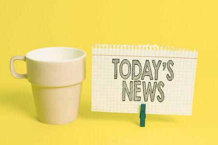 Escribir nota mostrando Today S News. Concepto de negocio para los últimos titulares de última hora Actualizaciones actuales Trending Cup papel vacío pinza azul en forma de rectángulo recordatorio oficina amarilla