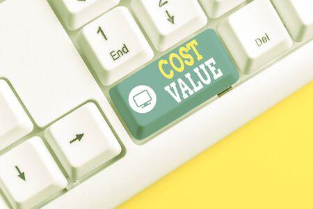 Textzeichen mit Kostenwert. Geschäftsfoto, das den Betrag zeigt, der normalerweise für einen Artikel bezahlt wird, den Sie kaufen oder mieten, eine demonstrierende weiße PC-Tastatur mit leerem Notizpapier über weißem Hintergrund