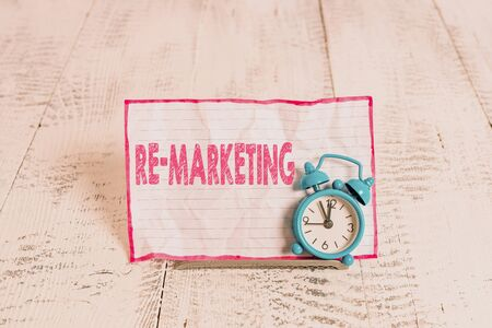 Text sign showing Re Marketing. Business photo text Strategy to reach potential customers in your website Foto de archivo - 130154634