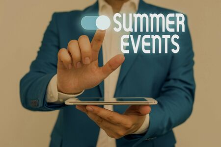 Word writing text Summer Events. Business photo showcasing Celebration Events that takes place during summertime Male human wear formal work suit presenting presentation using smart device Foto de archivo - 130153951