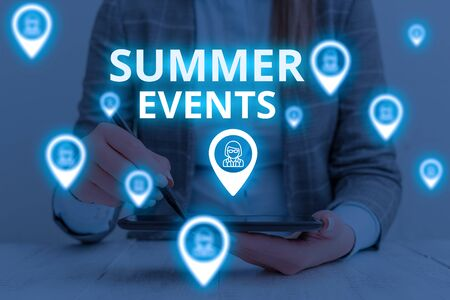 Text sign showing Summer Events. Business photo text Celebration Events that takes place during summertime Woman wear formal work suit presenting presentation using smart device Foto de archivo - 130153227