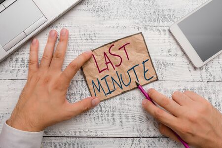 Text sign showing Last Minute. Business photo showcasing done or occurring at the latest possible time before event Zdjęcie Seryjne