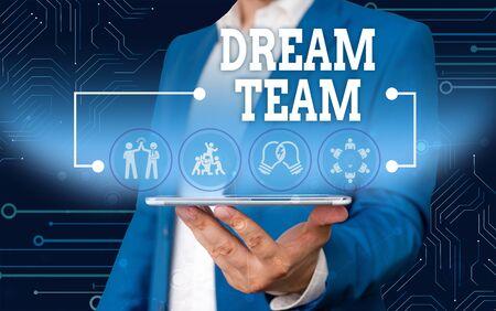La main conceptuel montrant Dream Team. Signification du concept de l'unité ou du groupe préféré qui tire le meilleur parti d'un homme qui porte un costume de travail formel présentant un appareil intelligent de présentation Banque d'images