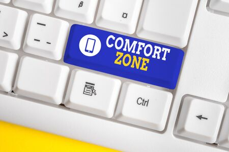 Texto de escritura Comfort Zone. Foto conceptual Una situación en la que uno se siente seguro o cómodo tiene Control del teclado de la PC blanca con papel de nota vacío sobre el espacio de copia de la tecla de fondo blanco Foto de archivo