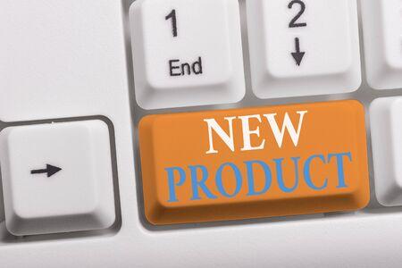 Schreiben Hinweis mit neuem Produkt. Geschäftskonzept für Waren und Dienstleistungen, die sich in ihren Eigenschaften unterscheiden Weiße PC-Tastatur mit Notizpapier über dem weißen Hintergrund Standard-Bild