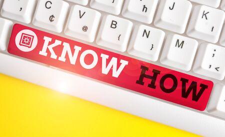 Escritura de texto Know How. Foto conceptual El proceso para aprender a hacer cosas que hará por primera vez Teclado de pc blanco con papel de nota vacío sobre fondo blanco espacio de copia de clave