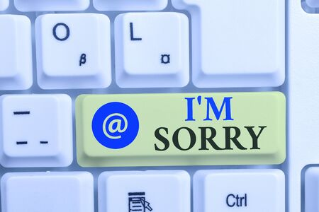 Écrit remarque montrant IM Désolé. Concept d'affaires pour demander pardon à quelqu'un que vous avez blessé sans intention clavier blanc avec du papier au-dessus du fond blanc