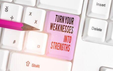 Texte de l'écriture écrit Transformez vos faiblesses en forces. Travail photo conceptuel sur vos défauts pour en obtenir un clavier blanc avec du papier vide au-dessus de l'espace de copie de la clé de fond blanc Banque d'images