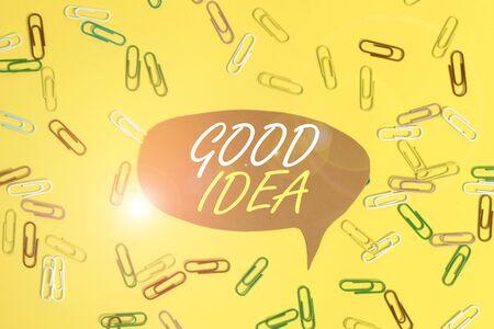 Handschriftlicher Text Gute Idee. Konzeptioneller Fotozustand des Huanalysis-Gehirns, um große Intelligenz in Richtung auf etwas Flaches zu bringen, lag über leerem Papier mit Kopierraum und farbigen Büroklammern