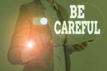 Escribir nota mostrando tener cuidado. Concepto de negocio para asegurarse de evitar el peligro potencial percance o daño.La mujer usa un traje de trabajo formal que presenta la presentación utilizando un dispositivo inteligente.
