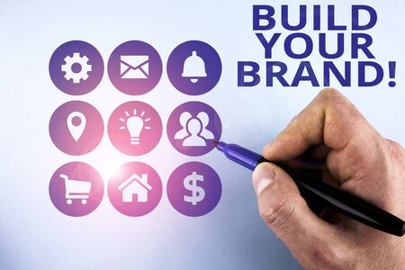 La main conceptuel montrant Construisez votre marque. La signification du concept crée ou améliore la connaissance et les opinions des clients sur le produit Concept de présentation de la mise en page de conception masculine pour la promotion des entreprises