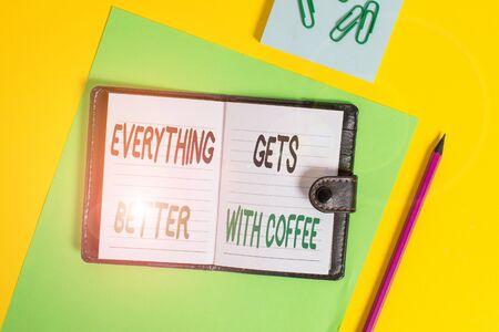 Escritura a mano conceptual que muestra que todo mejora con el café. Concepto Significado tomar una bebida caliente cuando tenga problemas Bloqueo diario hojas de rayas clips Bloc de notas de fondo de color