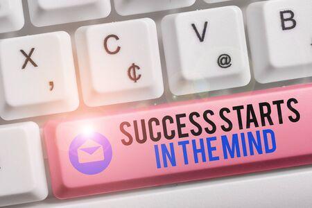 Znak tekstowy pokazujący sukces zaczyna się w umyśle. Biznesowy tekst fotograficzny Miej pozytywne myśli osiągnij to, czego chcesz Biała klawiatura komputerowa z pustym papierem notatek nad białym tłem klawiszowym miejscem kopiowania