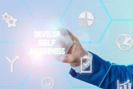 Handschrifttext entwickeln Selbstbewusstsein. Konzeptionelles Foto erhöht die bewusste Kenntnis des eigenen Charakters Männliche Menschen tragen formellen Arbeitsanzug, der die Präsentation mit einem intelligenten Gerät präsentiert
