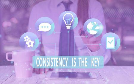 Signo de texto que muestra la consistencia es la clave. Foto y texto de negocios dedicación total a una tarea, un proceso de formación de hábito, ropa humana femenina, traje de trabajo formal, presentación, uso de dispositivo inteligente
