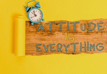 La scrittura della nota mostra l'atteggiamento è tutto. Il concetto di business per una prospettiva positiva è la guida per una buona vita