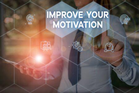 Escritura de texto mejore su motivación. Foto conceptual Impulse su propio impulso Mejore los motivos y objetivos Mujer use traje de trabajo formal que presenta la presentación mediante dispositivo inteligente