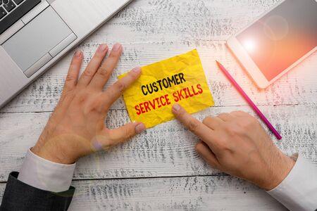L'écriture de texte Word Compétences en service client. Photo d'entreprise présentant l'aptitude à maîtriser pour améliorer les relations avec le client