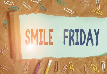 Text sign showing Smile Friday. Business photo showcasing used to express happiness from beginning of fresh week Foto de archivo - 133743766