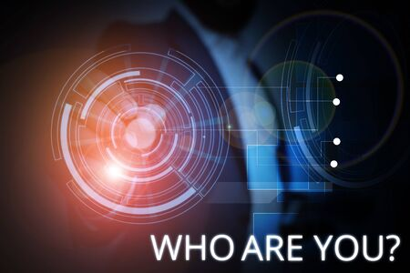Schreiben Sie eine Notiz mit der Frage, wer Sie sind. Geschäftskonzept, um nach Identität oder demonstrierenden Informationen zu fragen Standard-Bild