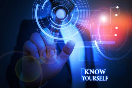 Handschrifttext Kennen Sie sich selbst. Konzeptionelles Foto finden Sie, dass Sie Stärke und Schwächen verstehen Identität männliche menschliche Kleidung formellen Arbeitsanzug präsentiert Präsentation mit Smart Device