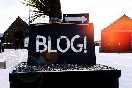 Textschild mit Blog. Geschäftsfoto mit regelmäßig aktualisierter Website-Webseite, die von Einzelpersonen oder Gruppen betrieben wird Leeres schwarzes Brett mit Kopienraum für Werbung. Leere dunkle Tafel