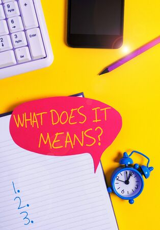 Signo de texto que muestra la pregunta ¿Qué significa? Foto de negocios mostrando preguntarle a alguien sobre el significado de algo dicho y usted no entiende Papel burbuja rojo vacío sobre la mesa con teclado de pc Foto de archivo
