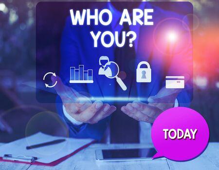 Textzeichen, das anzeigt, wer Sie sind Frage. Geschäftsfototext jemand fragt nach Ihrem demonstrativen Hintergrund oder Geschichte Mann Symbole Smartphone Sprechblase Büro liefert technologisches Gerät Standard-Bild