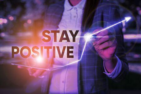 Escritura de texto Word Manténgase positivo. Foto de negocios que muestra la participación en pensamientos edificantes Sea optimista y real